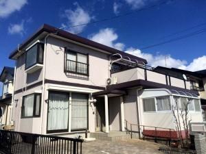 外壁はシリコン塗料です。シリコンは、従来のアクリル樹脂やウレタン樹脂に比べ耐候性・耐紫外線に優れています。高品質でコストパフォーマンスにも優れた塗料です。 屋根の塗料はフッ素です。屋根は紫外線や風雨にさらされ劣化が早いですが、ガイソールーフガードフッ素は長期間屋根の防水性を守ります。   青空に映える、やさしい色合いの仕上がりになりました。