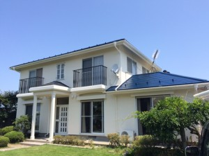 屋根外壁ともにシリコン塗料です。  シリコン塗料は、従来のアクリル樹脂やウレタン樹脂に比べ耐候性・耐紫外線に優れています。高品質でコストパフォーマンスにも優れた塗料です。