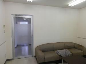 室内はすっかりきれいになりました。 臭いも徐々に軽減されていくことになります。 壁紙の色をどうにかした時には、ぜひご相談下さい!