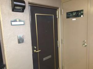分譲マンションということで、玄関ドア外側は共用部のため本来塗装は難しいのですが、管理人様から了解を得られることができました。きれいになりお客様に喜んでいただけ良かったです。